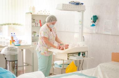 Врач-неонатолог и новорожденный
